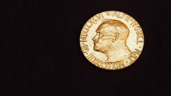 Лицевая сторона Нобелевской медали - Sputnik Латвия