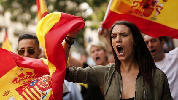 Протестующие во время демонстрации против независимости в Каталонии - Sputnik Латвия