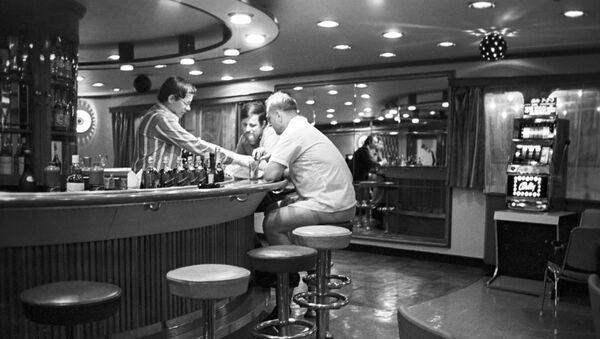 В баре речного пассажирского теплохода - Sputnik Латвия