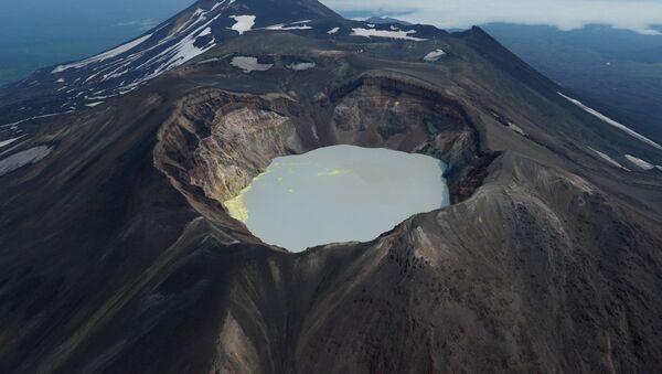 Кратерное озеро вулкана Малый Семячек на Камчатке - Sputnik Latvija