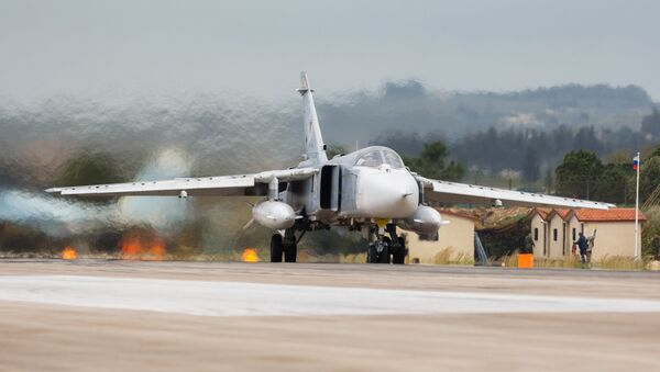 Бомбардировщик Су-24 ВКС России на авиабазе Хмеймим в Сирии - Sputnik Latvija