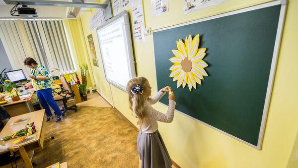 Девочка у школьной доски - Sputnik Латвия