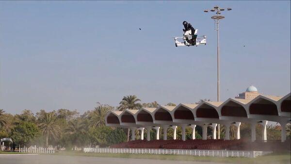 Полиция Дубая и компания HoverSurf показали гибрид мотоцикла и дрона - Sputnik Латвия