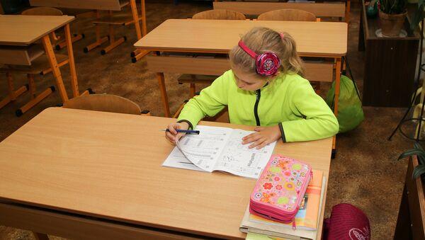 Девочка в школьном кабинете - Sputnik Латвия