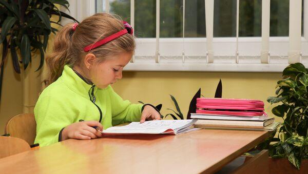 Девочка на уроке - Sputnik Латвия