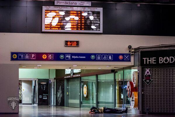 Учения антитеррористического отряда Омега по освобождению заложников на Рижском Центральном вокзале - Sputnik Латвия