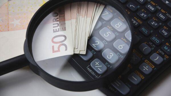 Купюры евро и калькулятор - Sputnik Latvija