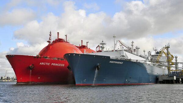 Газовоз Independence и танкер LNG  - Sputnik Латвия