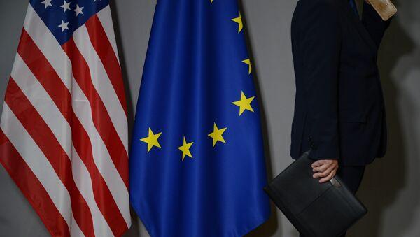 Флаги США и Европейского совета в Брюсселе - Sputnik Латвия