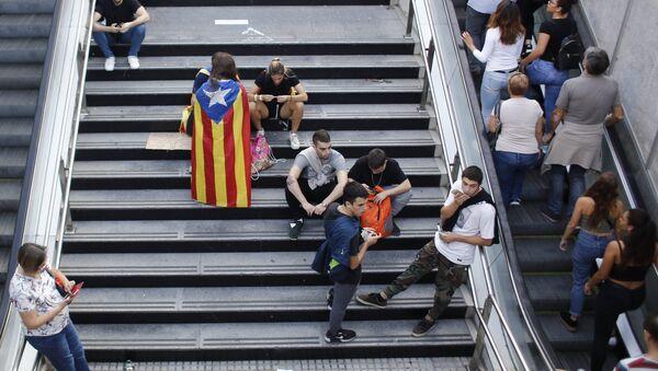 Katalonijas neatkarības referenduma atbalstam organizētā streika dalībnieki Barselonā - Sputnik Latvija