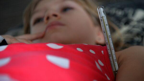Девочка с симптомами гриппа - Sputnik Latvija
