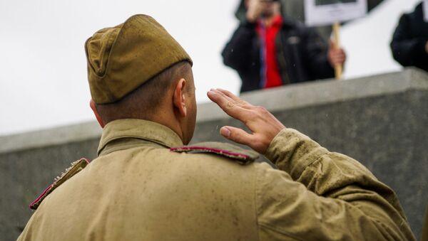 В день освобождения Риги от немецко-фашистских захватчиков у памятника Освободителям - Sputnik Латвия