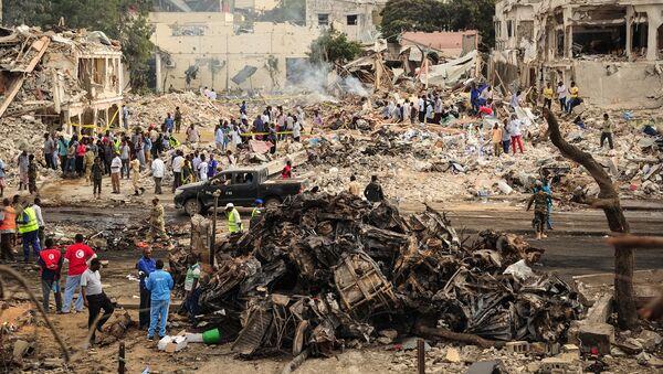 На месте взрыва в столице Сомали городе Могадишо, 14 октября 2017 - Sputnik Латвия