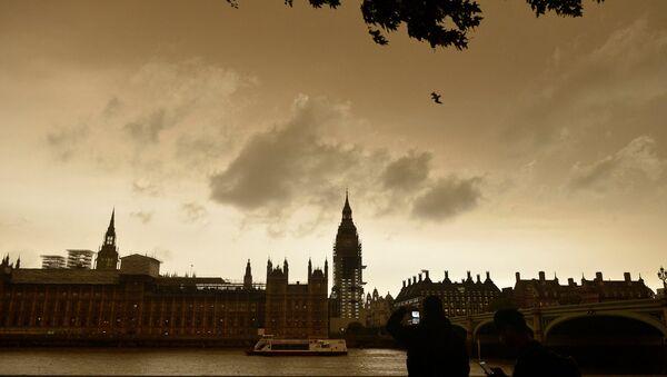 Debesis Londonā viesuļvētras Ofēlija laikā nobiedējušas iedzīvotājus - Sputnik Latvija