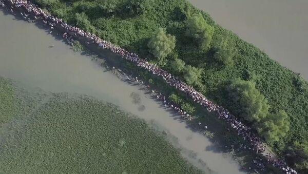 Тысячи беженцев рохинджа пытаются покинуть Мьянму на границе с Бангладеш - Sputnik Латвия