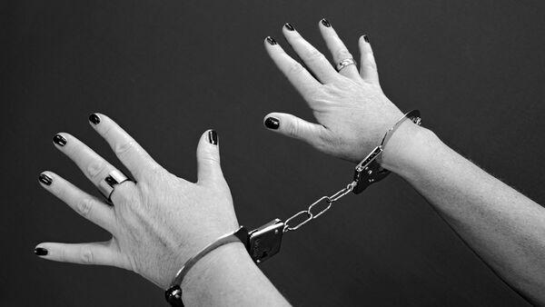 Женские руки в наручниках - Sputnik Латвия