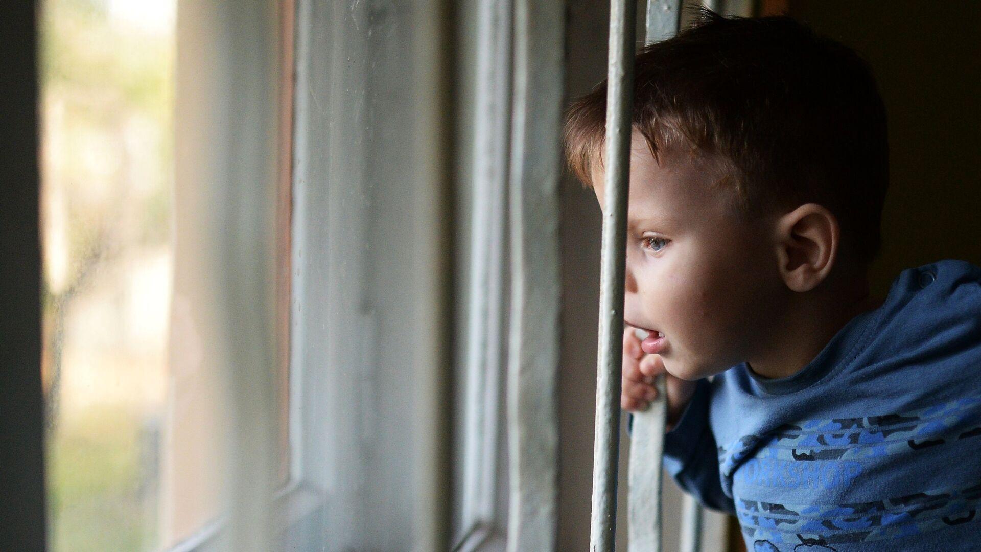 Воспитанник детского дома смотрит в окно - Sputnik Латвия, 1920, 08.07.2021