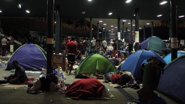 Беженцы с Ближнего Востока на вокзале Келети в Будапеште - Sputnik Латвия