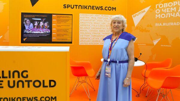 Участница фестиваля молодежи 1957 года Клавдия Тихомирова посетила стенд Sputnik - Sputnik Латвия