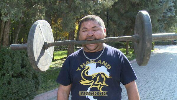 Силач из Кыргызстана заколачивает гвозди лбом и поднимает гантелю зубами - Sputnik Латвия