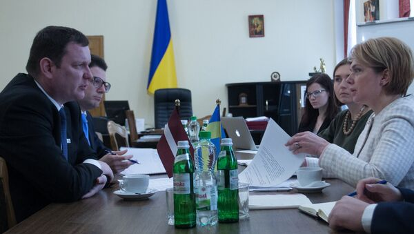 Посол Латвии на Украине Юрис Пойканс и министр образования Украины Лилия Гриневич на встрече в Киеве 23 октября 2017 года - Sputnik Латвия