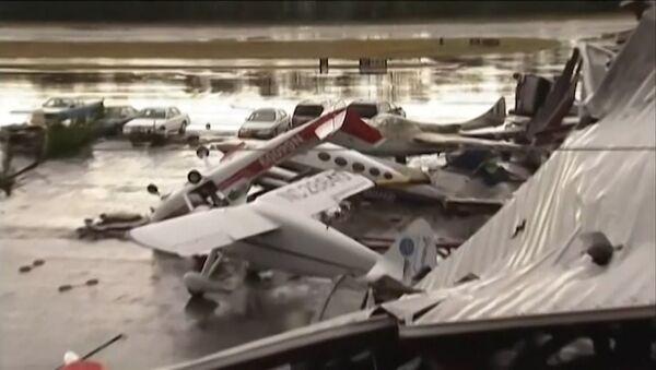 Spēcīga vētra ASV izmētājusi lidmašīnas kā skaidiņas - Sputnik Latvija