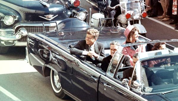 Джон Кеннеди со своей женой в лимузине за несколько минут до обстрела - Sputnik Латвия