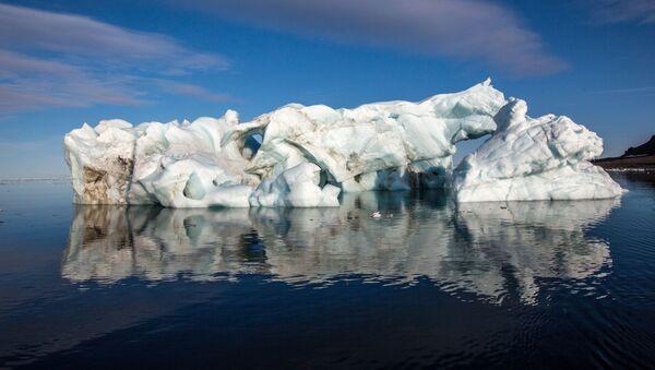 Айсберг у берегов одного из островов архипелага Земля Франца-Иосифа - Sputnik Latvija