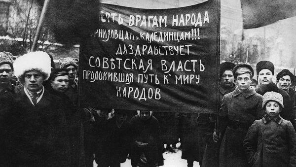 Демонстрация рабочих и солдат Петрограда. 25 октября (7 ноября) 1917 года - Sputnik Латвия