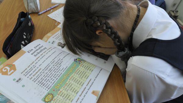 Ребенок на уроке немецкого языка в школе - Sputnik Латвия