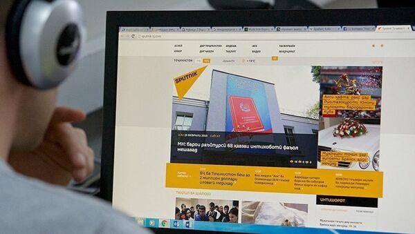 Экран монитора с сайтом Sputnik Таджикистан - Sputnik Latvija