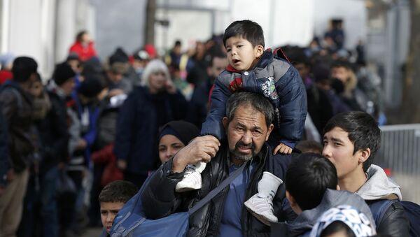 Мигранты в очереди на поезд - Sputnik Latvija