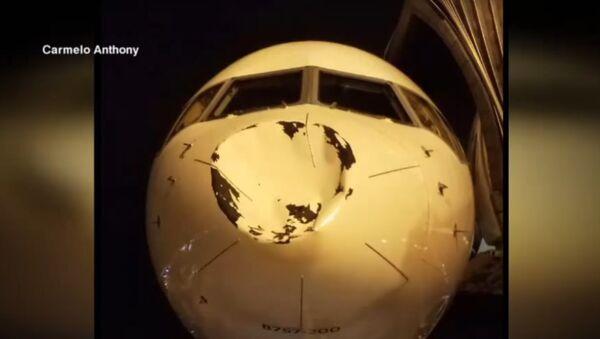 Lidmašīna ASV piezemējusies ar gigantisku nezināmas izcelsmes iespiedumu - Sputnik Latvija
