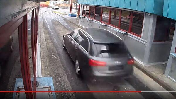 Latvietis ar automobili mēģināja izlauzties cauri robežai: novērošanas kameru video - Sputnik Latvija
