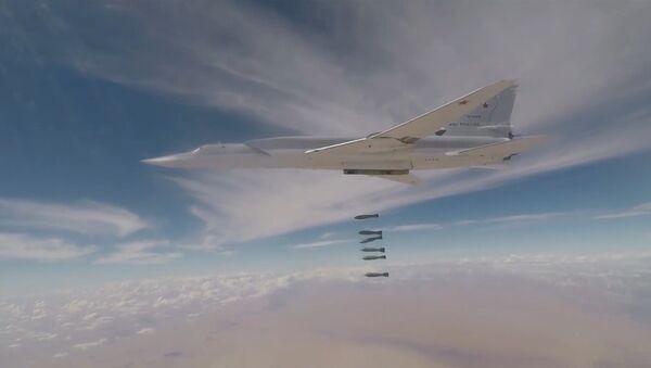 Дальние бомбардировщики ВКС РФ нанесли удары по террористам в Сирии - Sputnik Latvija