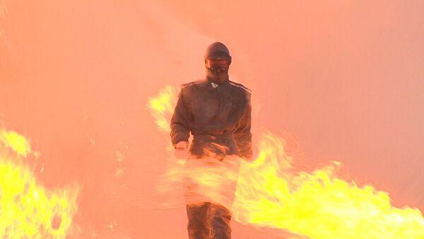 Krievijas bruņoto spēku pārstāve izgājusi cauri ugunij un sprādzieniem jaunā ekipējumā - Sputnik Latvija