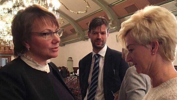 Депутат Сейма Елена Лазарева и супруга президента Латвии Ивета Вейоне: мамы, которых волнуют и чужие дети - Sputnik Латвия