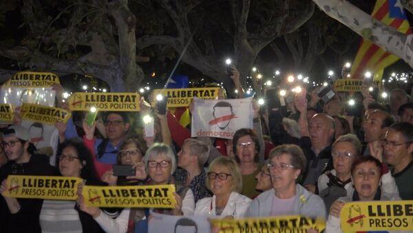 Тысячи человек в Барселоне вышли на акцию протеста против ареста каталонских политиков - Sputnik Latvija