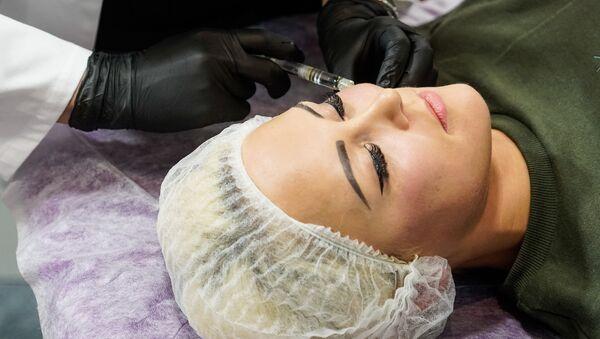 Биоревитализация – косметологический процесс, основанный на инъекционном введении гиалуроновой кислоты - Sputnik Латвия