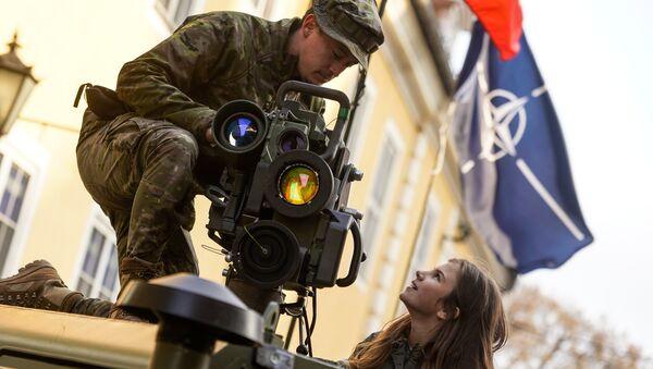 Испанский военный показывает девушке противотанковую ракету SPIKE - Sputnik Латвия