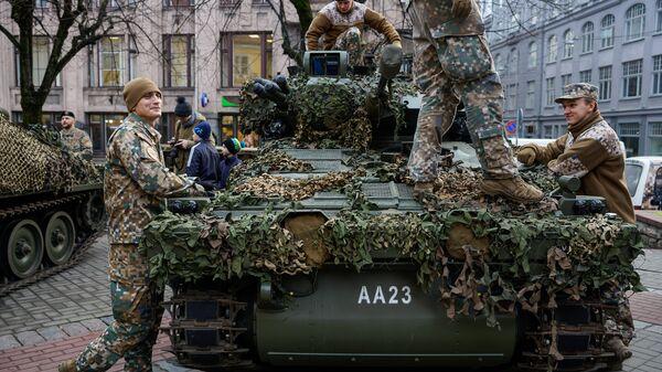 Латвийский бронетранспортер CVRT - Sputnik Латвия