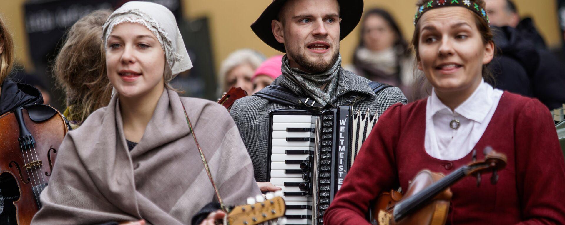 Латыши в национальных костюмах - Sputnik Латвия, 1920, 15.10.2020