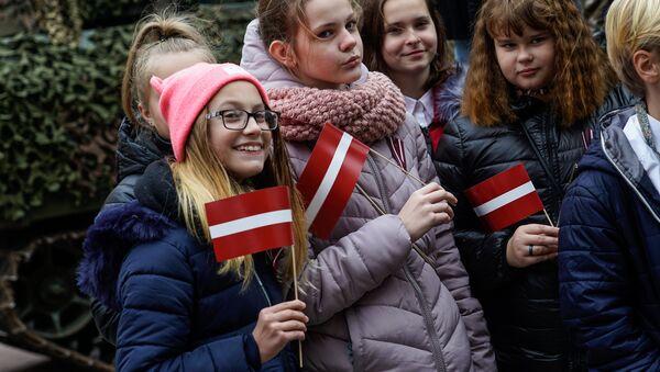 Дети с латвийскими флажками - Sputnik Латвия