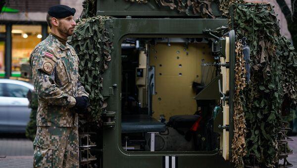 Латвийский военный у латвийского бронетранспортера CVRT - Sputnik Латвия
