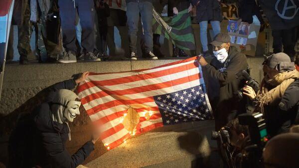 Активисты Anonymous сожгли флаг США в Лондоне - Sputnik Латвия
