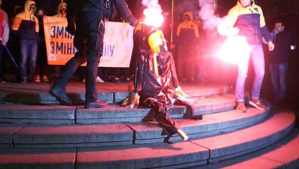 Националисты сожгли чучело Ленина в Киеве - Sputnik Латвия