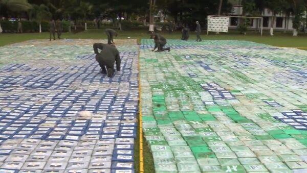 Kolumbijas policisti izklājuši 12 tonnas kokaīna plaša laukumā - Sputnik Latvija
