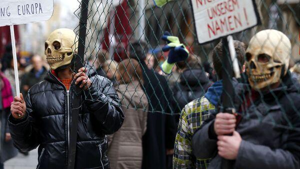 Не от нашего имени! - демонстрация против приема беженцев - Sputnik Latvija