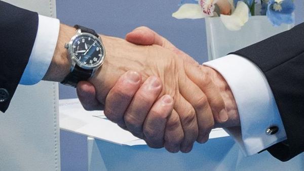 Krievijas prezidenta Vladimira Putina un ASV vadītāja Donalda Trampa rokasspiediens. Foto no arhīva - Sputnik Latvija
