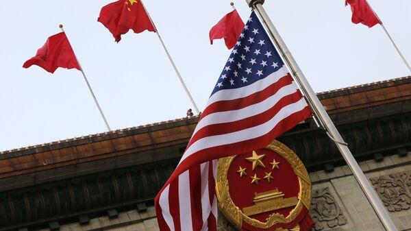Флаги США и Китая во время визита Дональда Трампа в Пекин 9 ноября 2017 года - Sputnik Latvija